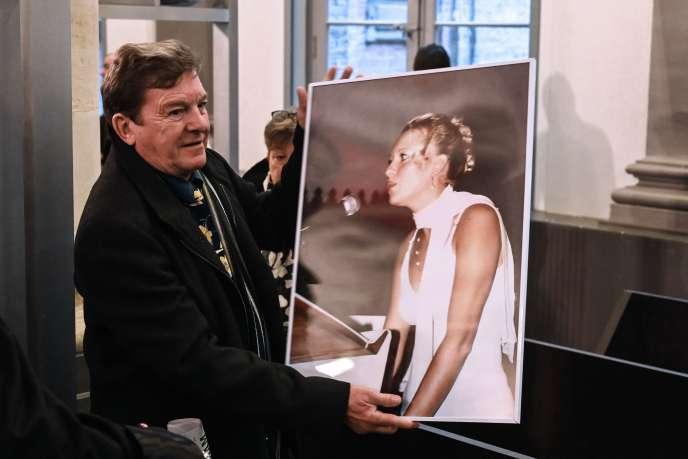 Jacky Kulik pose avec un portrait de sa fille Elodie, avant l'ouverture du procès de Willy Bardon,au tribunal d'Amiens, le 21novembre.