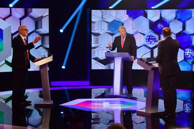 Boris Johnson (au centre) et Jérémy Corbin (à gauche) se sont confrontés, vendredi 6 décembre, une dernière fois avant les élections générales lors d'un débat télévisé, sur le plateau de la BBC à Londres.