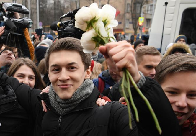 Egor Joukov, à sa sortie du tribunal, à Moscou, vendredi 6 décembre.
