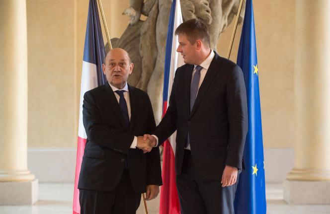 Jean-Yves Le Drian, le ministre français des affaires étrangères, et Tomas Petricek, son homologue tchèque, à Prague, le 6 décembre 2019.