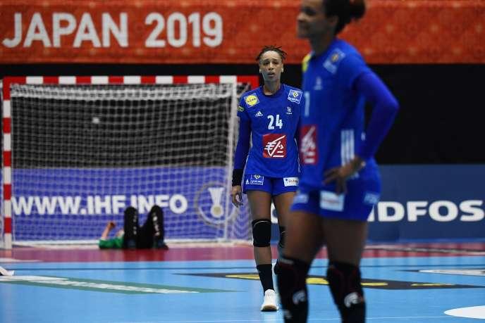 Béatrice Edwige (à gauche) et Allison Pineau au coup de sifflet final de la rencontre contre le Danemark lors du Mondial de handball au Japon.