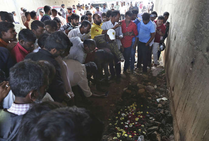 A Shadnagar, en Inde, des habitants se recueillent à l'endroit où le corps d'une jeune vétérinaire, violée et tuée, a été retrouvé carbonisé.