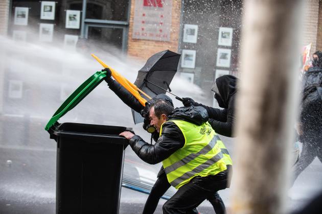 Lors d'affrontements avec les manifestants (à Toulouse), les forces de l'ordre utilisent le canon à eau.
