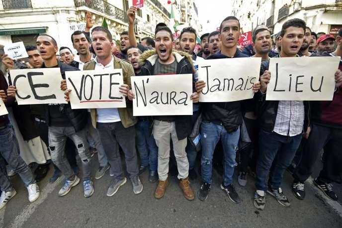 Dans les rues d'Alger, le 6 décembre.
