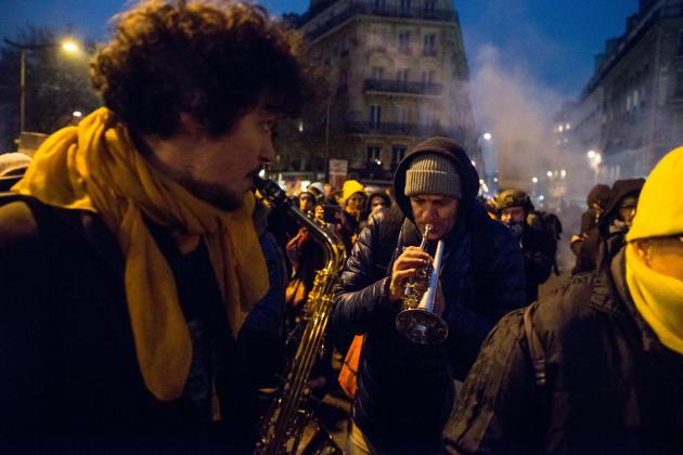 A Paris, une fanfare rythme la marche.
