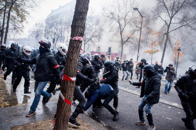 Interpellation d'un manifestant. Une centaine de manifestants masqués ont affronté les forces de l'ordre. Finalement, 87 personnes ont été interpellées.