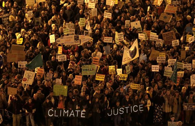 Des manifestants défilent pour exiger des dirigeants mondiaux qu'ils prennent des mesures concrètes contre le changement climatique, lors d'une manifestation à Madrid, le vendredi 6décembre2019.