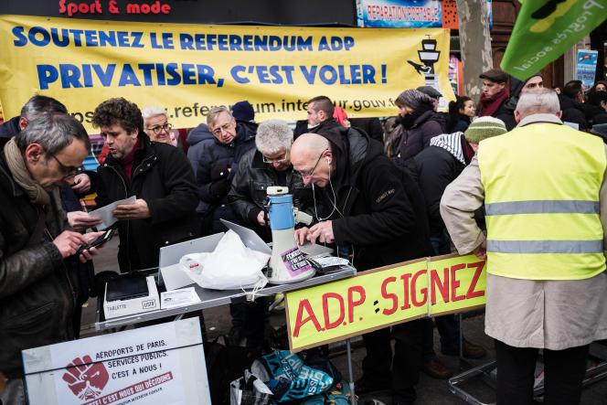 « Que d'embûches sur le chemin des citoyens qui souhaitent donner leur avis sur l'avenir d'équipements aussi stratégiques que nos aéroports : un site internet hors d'âge pour voter ; le black-out complet du gouvernement...» (Photo: un stand pour le referendum contre la privatisation d ADP, le 5 décembre, à Paris).