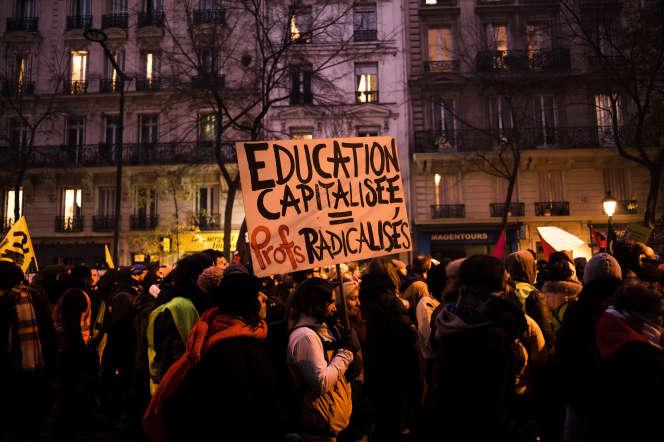 Des enseignants manifestent contre la réforme des retraites à Paris, le 5 décembre.