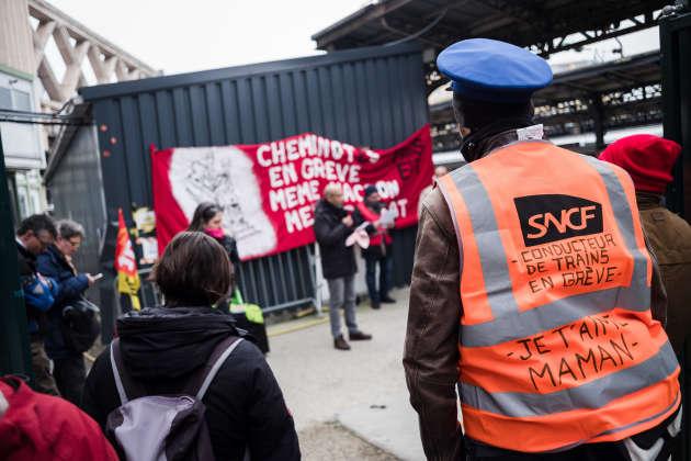 En amont de la journee de manifestation contre la reforme des retraites, une assemblée générale a lieu à la gare de l'Est (Paris).