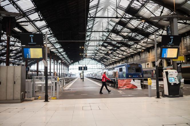 Ambiance à la gare de Lyon, à Paris, au deuxième jour de la grève des transports, vendredi 6décembre.