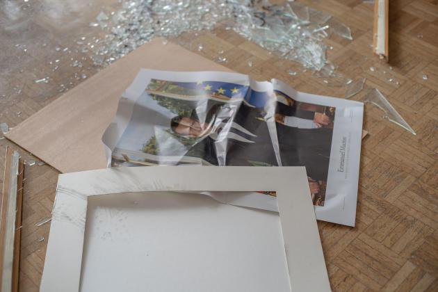 Le portrait d'Emmanuel Macron détruit dans la salle d'honneur de la mairie de Brest.