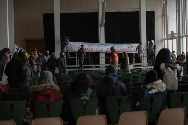 A Brest, des manifestants organisent une assemblée générale dans la salle d'honneur dela mairie.
