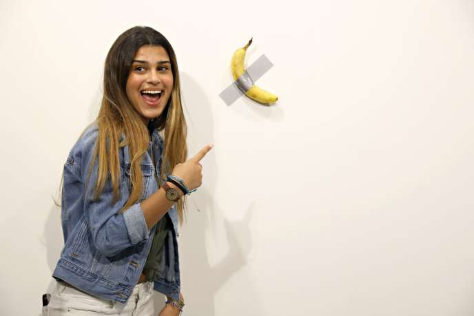 Une visiteuse devant la banane de Maurizio Cattelan, le 6 décembre à Miami.