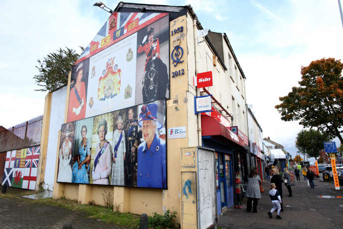 Des graffitis loyalistes représentant la reine d'Angleterre, sur la route de Shankill à Belfast (Irlande du Nord), le 19 octobre.
