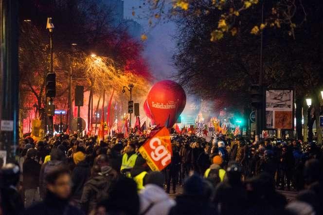 Manifestation contre le projet de réforme des retraites, à Paris, le 5 décembre.