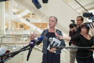 La pneumologue Irène Frachon répond aux journalistes, au tribunal de Paris, le 23 septembre.