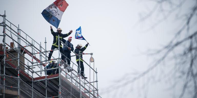 Paris, France, le 5 Décembre 2019 : Manifestation contre le projet de reforme des retraites, au départ de la manifestation sur le boulevard Magenta. Des Pompiers se hissent au sommet d'un échafaudage pour haranguer la foule de manifestants.