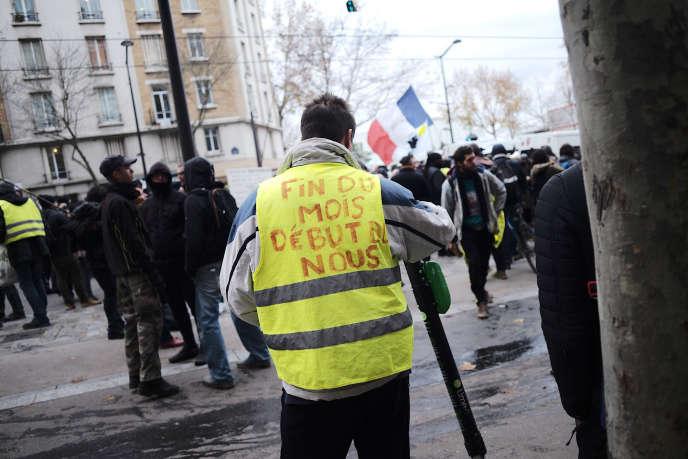 Un« gilet jaune» à Paris, samedi 7 décembre.
