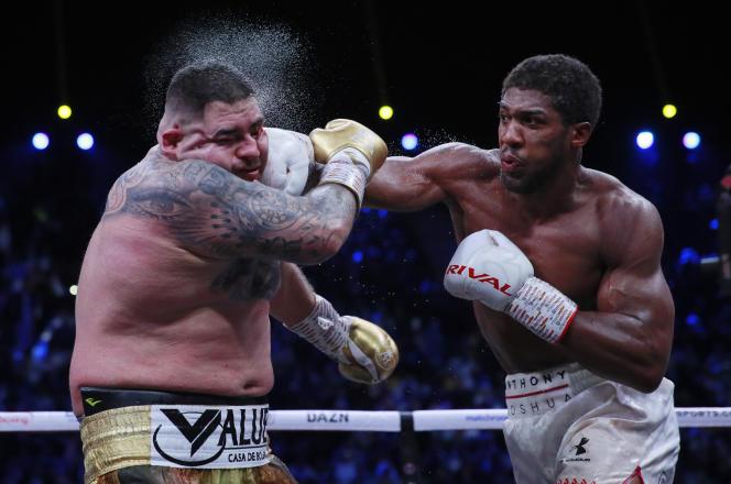 Un coup porté par Anthony Joshua (droite) surAndy Ruiz Jr (gauche) lors de la revanche, à Diriya, le 7 décembre.