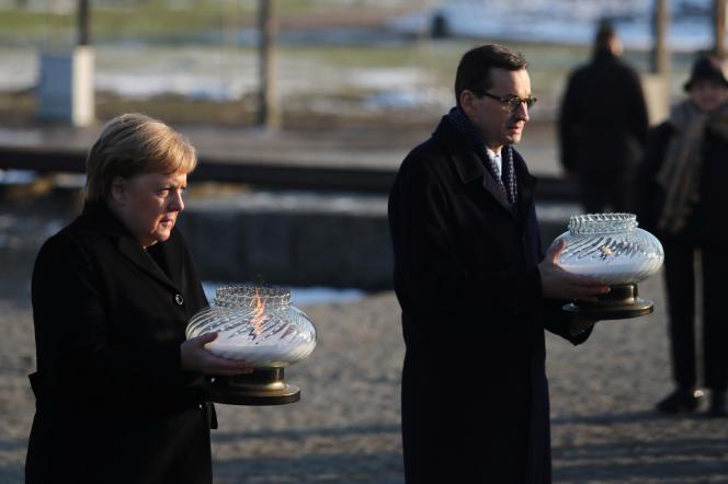 La chancelière allemande, Angela Merkel, et le premier ministre polonais, Mateusz Morawiecki, à Auschwitz-Birkenau, le 6 décembre.