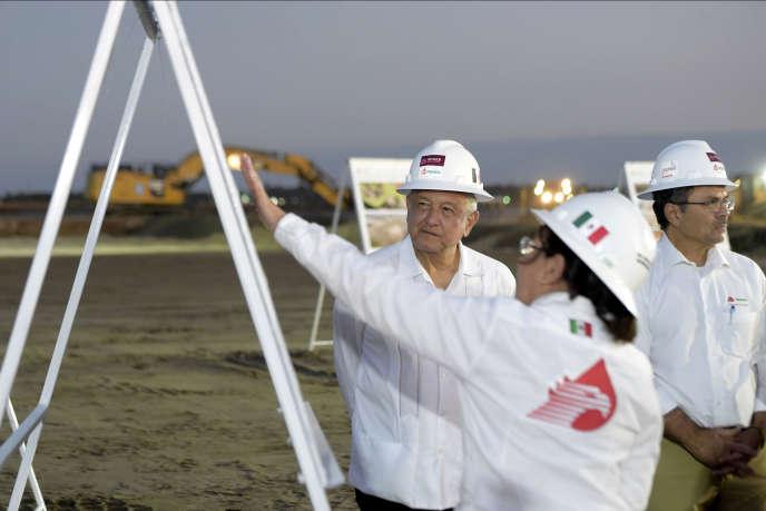 Le président mexicain Andrés Manuel Lopez Obrador supervise la construction d'une rafinerie pour la compagnie Pemex, à Dos Bocas, dans l'Etat de Tabasco, le 6 décembre 2019.