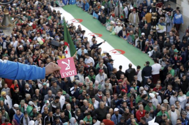 Manifestation pour protester contre l'élection présidentielle à venir, à Alger, le 6 décembre.
