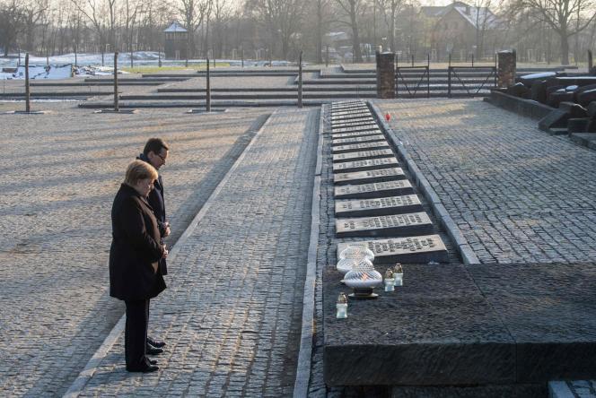Angela Merkel et le premier ministre polonais,Mateusz Morawiecki devant le monument aux morts Auschwitz II-Birkenau du camp d'Auschwitz en Pologne, le 6 décembre.