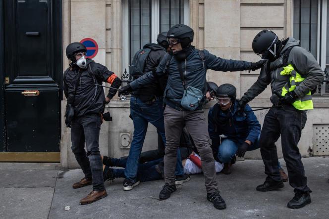 Une arrestation de « gilets jaunes », à Paris le 8 décembre 2018.