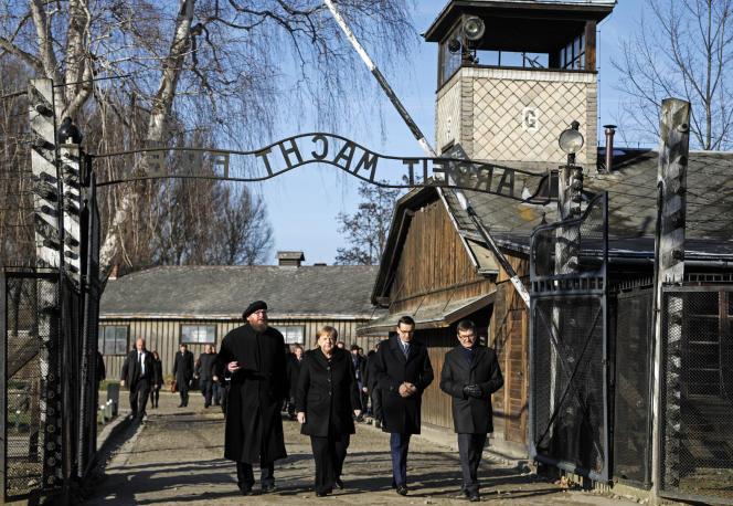 Angela Merkel et le premier ministre polonais,Mateusz Morawiecki (au centre)en visite sur le site du camp d'Auschwitz en Pologne, le 6 décembre.