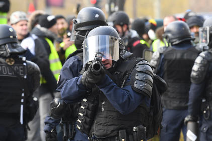 Un policier ajuste son tir de LBD , le 8 décembre 2018.