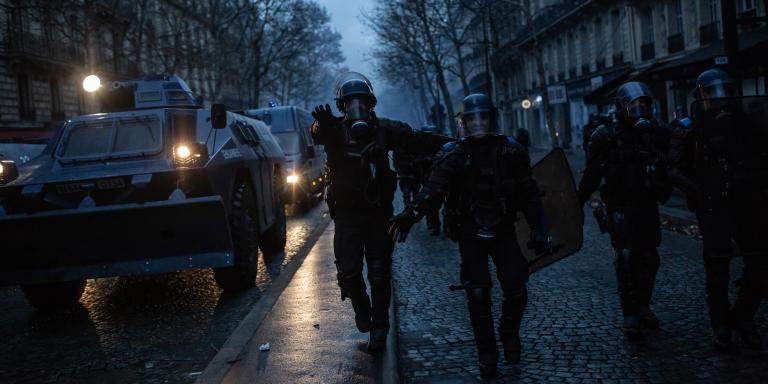 Le 8 decembre 2018, manifestation des Gilets jaunes ACTE IV à Paris. Dans le 17eme les blindés sont de sortie.
