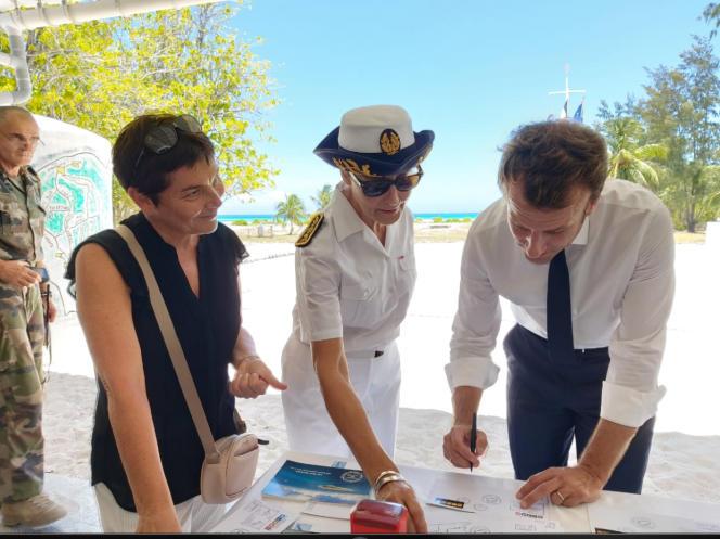 De droite à gauche: Emmanuel Macron, Evelyne Decorps (préfète administratrice supérieure des TAAF) et Annick Girardin (ministre des outre-mer) aux Glorieuses.