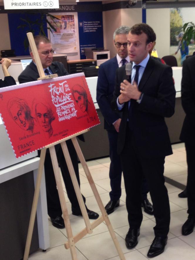 Emmanuel Macron dévoile le timbre sur le Front populaire, en 2016, au bureau de poste de Montreuil (93).