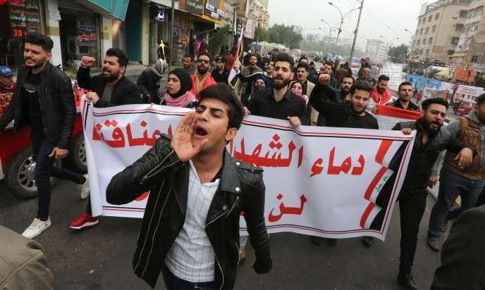 Des manifestants avec une banderole« Le sang des martyrs ne sera pas vain»sur la place Tahrir, Bagdad, le 7 décembre.