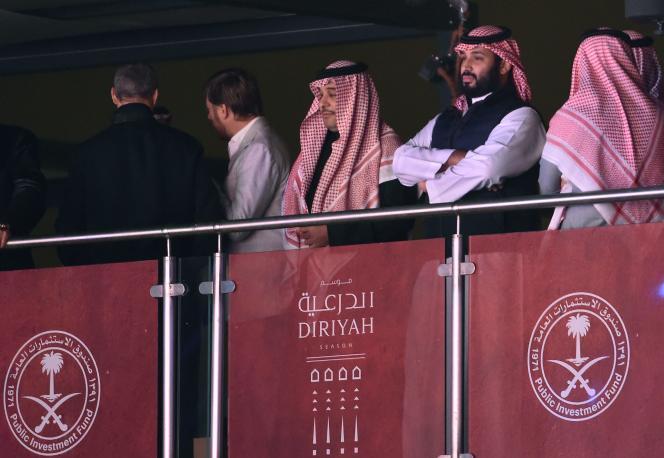 Le prince héritier saoudien Mohammed Ben Salman assiste au match de boxe à Diriya, le 7 décembre.