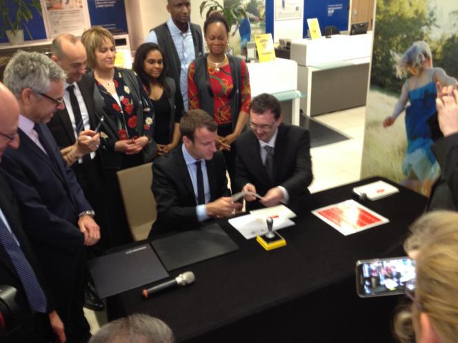 Emmanuel Macron en juin 2016 au bureau de poste de Montreuil (93).