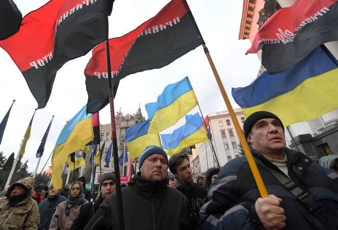 Des activistes du parti d'extrême droite Right Sector manifestent à Kiev le 1er décembre.