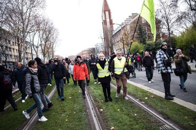 Les « gilets jaunes » marchent vers la Porte de Versailles à Paris, le 7 décembre.