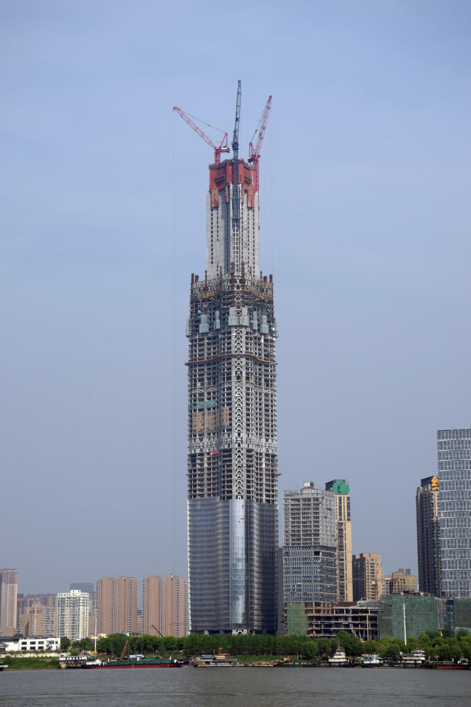 Le Wuhan Greenland Center, photographié le 1er avril 2017. La construction de la tour est actuellement en pause depuis plus d'un an.