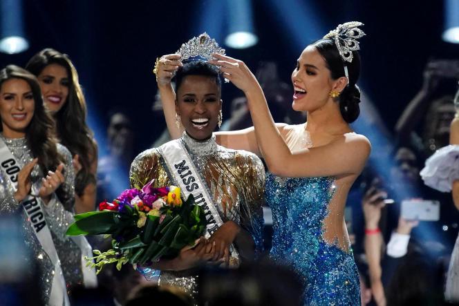 La Sud-Africaine Zozibini Tunzi est couronnée Miss Univers par sa prédécesseure, la Philippine Catriona Gray, à Atlanta, aux Etats-Unis, le 8décembre 2019.