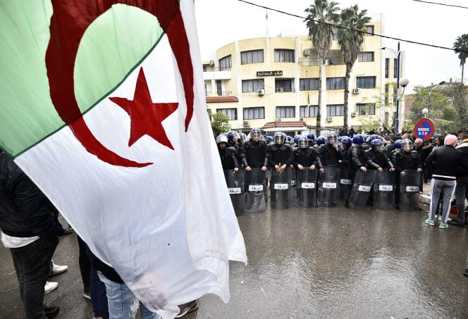 Lors d'un rassemblement contre la tenue de l'élection présidentielle, àTizi Ouzou (Algérie), le 8 décembre 2019.