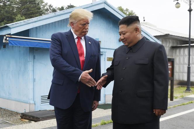 Kim Jong-un serre la main de Donald Trump sur la ligne de démarcation entre les deux Corées, à Panmunjom, le 30 juin 2019.