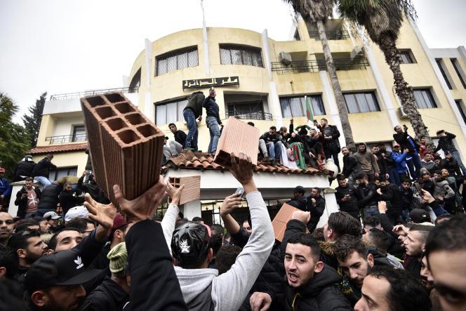 Des manifestants apportent des briques pour construire un mur à l'entrée de sous-préfecture de Tizi-Ouzou, en Algérie, le 8décembre 2019, afin de protester contre l'élection présidentielle prévue le 12décembre.