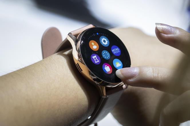 Une femme essaie une montre connectée Samsung Galaxy à New York, le 7 août.