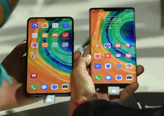 Les derniers smartphones de la marque chinoise Huawei, le « Mate 30 » et le « Mate 30 Pro », présentés à Munich (sud de l'Allemagne), le 19 septembre.