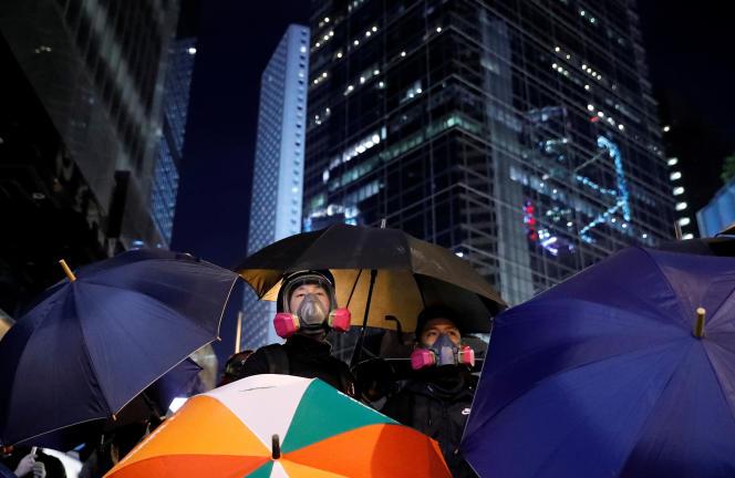 Des manifestants dans les rues de Hongkong, le 8 décembre