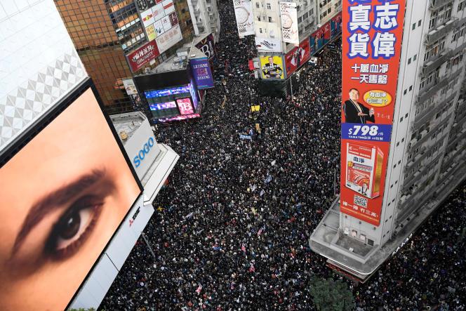 Des manifestants dans les rues de Hongkong, le 8 décembre.