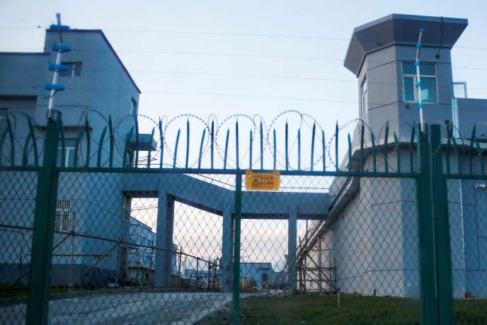Devant le camp d'internement de Ouïgours de Dabancheng, au Xinjiang (Chine), le 4 septembre 2018.