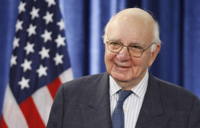 Le 26 novembre 2008, l'ancien président de la Réserve fédérale Paul Volcker, président désigné du Economic Recovery Advisory Board, écoute le président Barack Obama, lors d'une conférence de presse à Chicago.